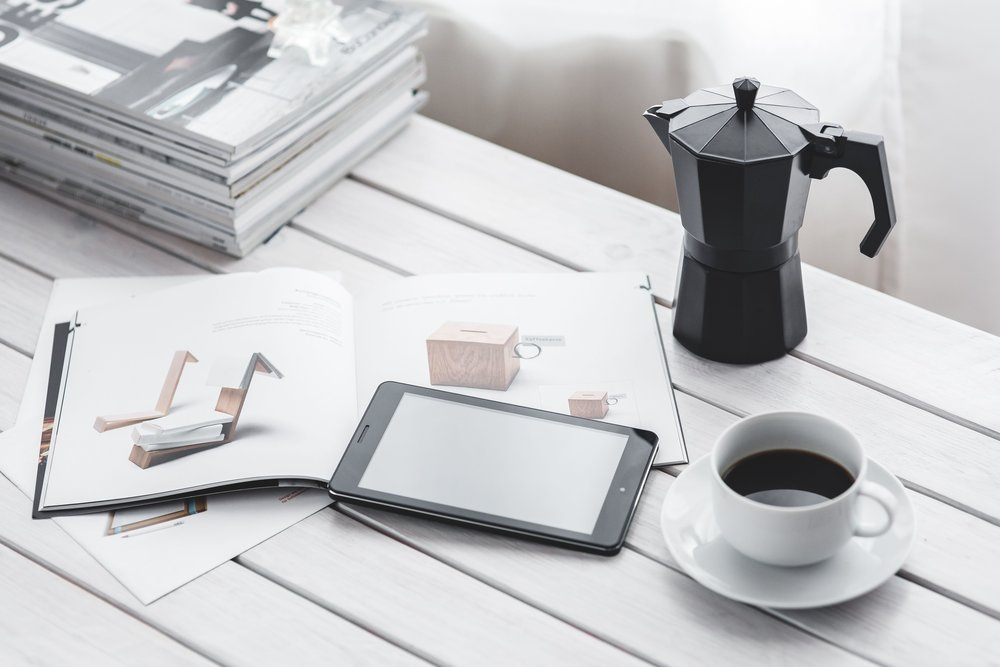 kaboompics_Coffee on table with a tablet.jpg