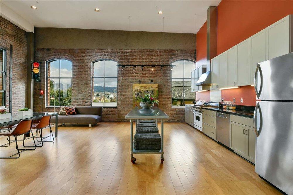 1095 kitchen.jpg