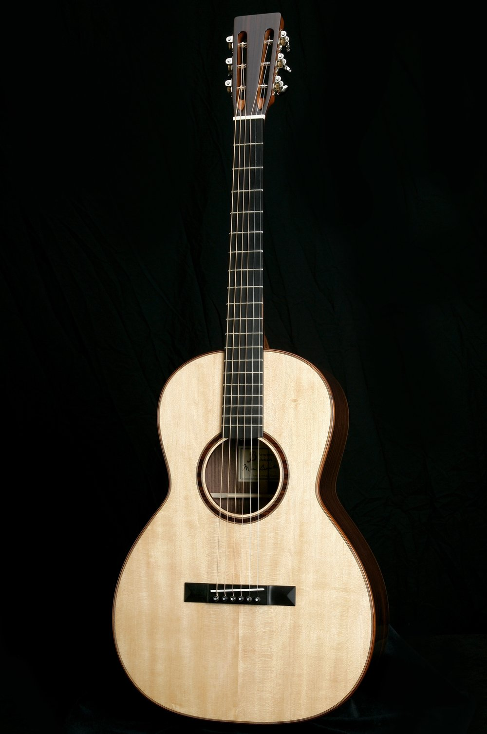 '00' 12 Fret - Dimensionally, the 00 is approximately the same dimensions as a classical guitar. The compact size makes it a very comfortable instrument to play while still providing surprising tone and volume. DimensionsUpper Bout: 9 7/8