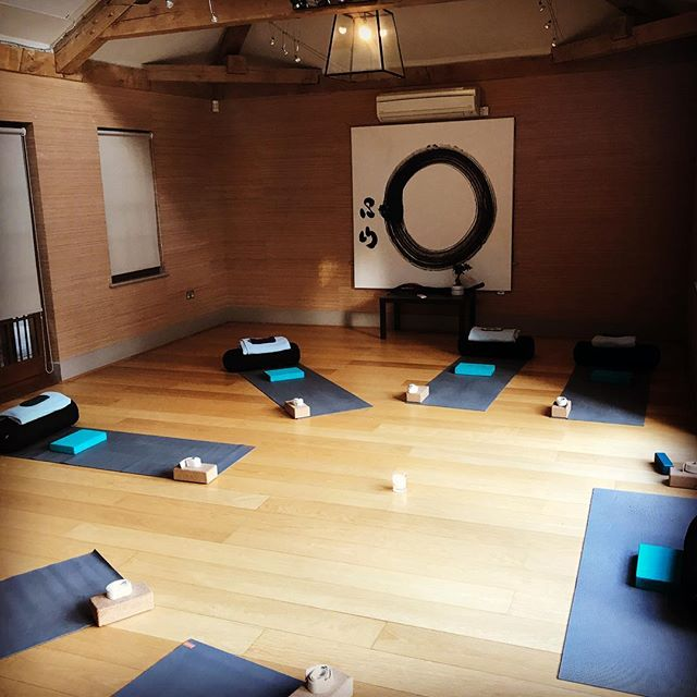 Setting up and holding the space for some beautiful Mothers-to-be to connect with their breath, bodies, babies and one another. Thank you for sharing your practice Mamas #pregnancyyoga #tuesdaynightlove