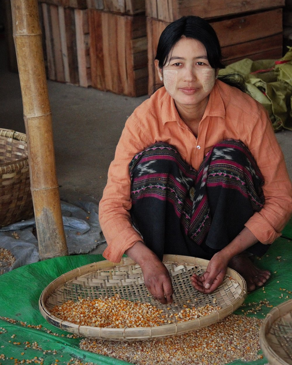 Sifting corn, Inle Lake