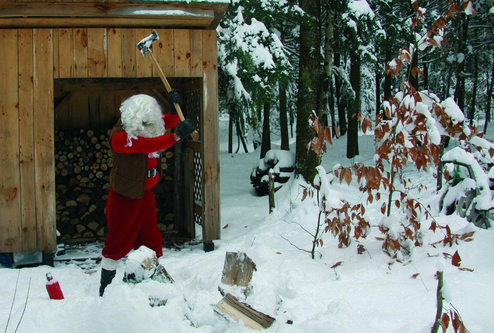 Le Père Noël hache son bois