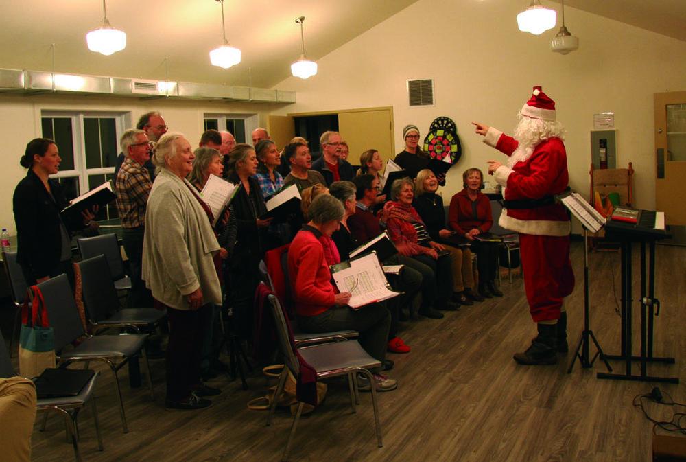 Le Père Noël fait répéter sa chorale