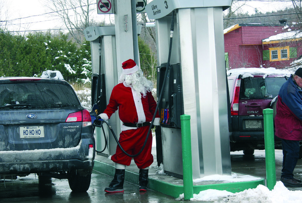 Le Père Noël met de l'essence