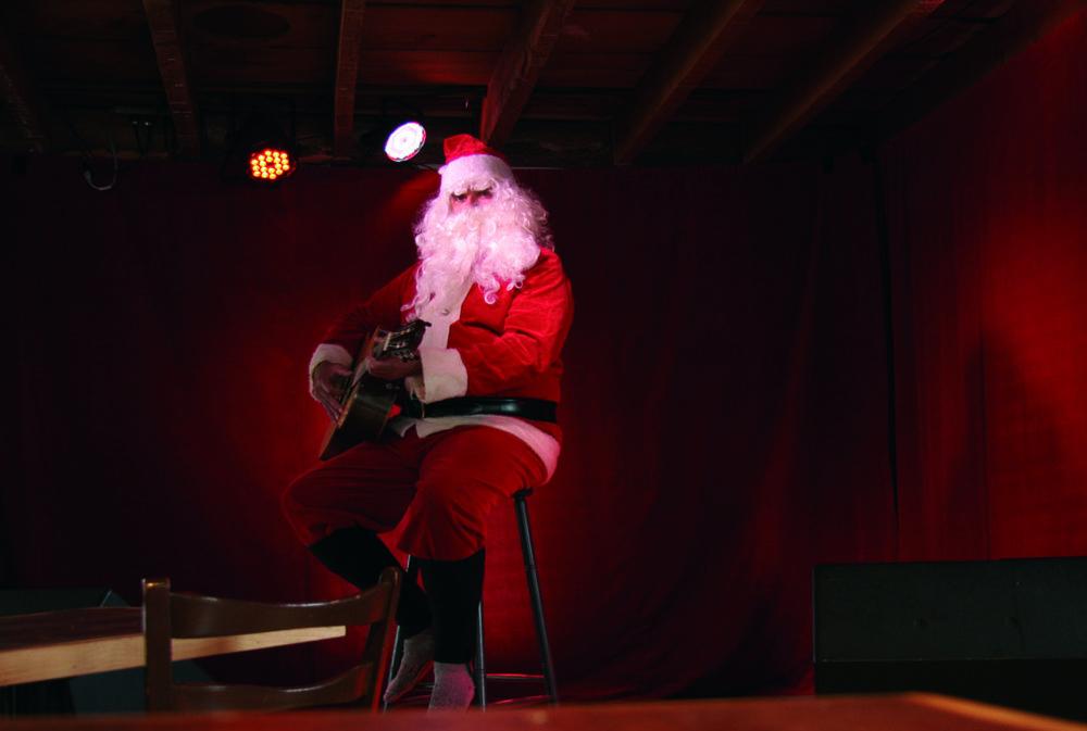 Le Père Noël pratique sa guitare