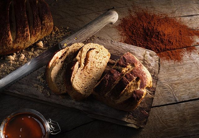 Broodje is gebakken 🍞  #brood #hout #eten #fotografie #food #wood #photography #foodphotography #fotostudio