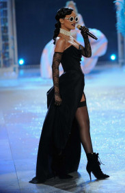 rihanna_performs_live_at_victorias_secret_fashion_show-13-560x862.jpg