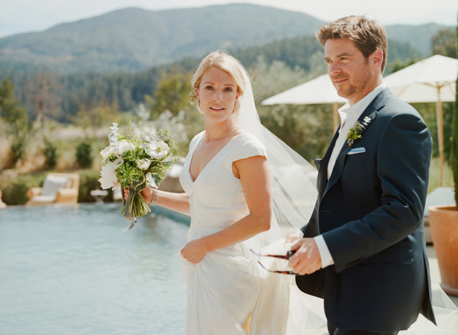 04-bride-groom-pool-napa-valley-bouquet.jpg