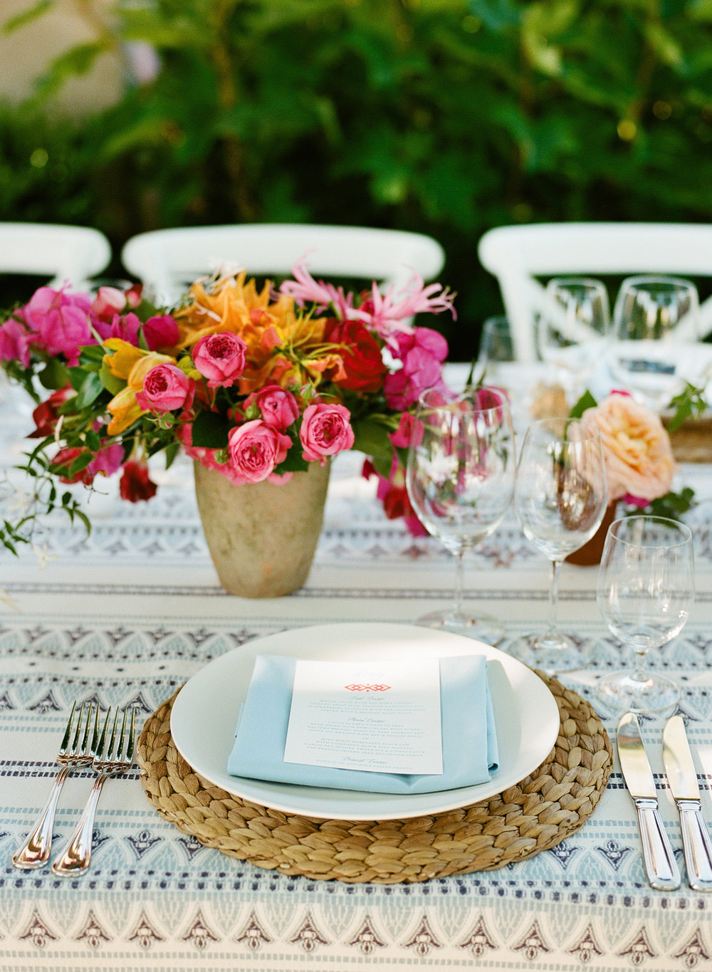 31-modern-bright-tablescape.jpg