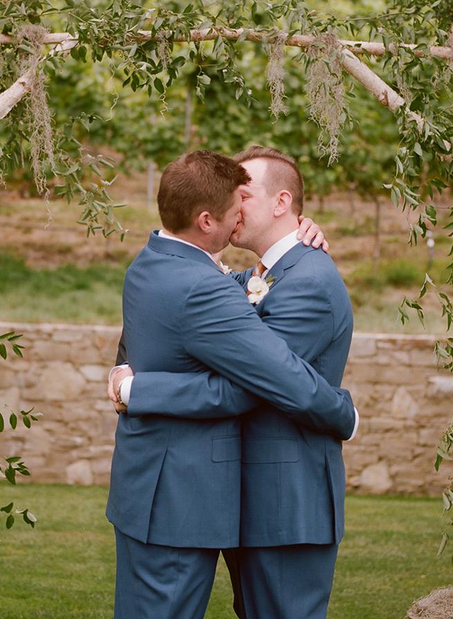 18-grooms-wedding-kiss.JPG
