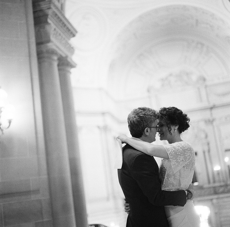 6-bride-groom-sf-city-hall.jpg
