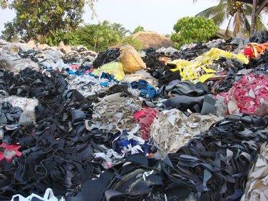 'Nieuwe' overgebleven materialen van een schoenfabriek, die vaak ook op vuilnisbelten terecht komen.