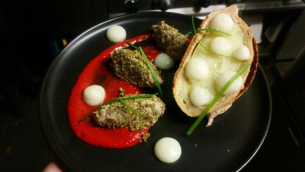 'Popup' menu: rescued aardappel met zoutkorstje in bloemkoolcreme en lente ui-krullen, geserveerd met gerookte makreel in geroosterde paprikasaus.