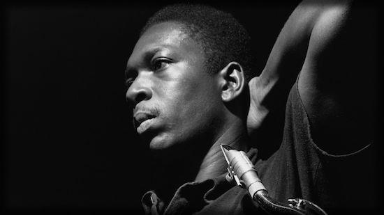 COLTRANE   Makumaku est le nom de la plus belle mélodie jamais composée par John Coltrane. En l'écoutant, on se demande à chaque fois comment Saint John a pu composer – à partir des mêmes notes dont disposent tous les autres musiciens - un air aussi unique, grandiose et rafraichissant.  Nous aimons tous ces chansons qui nous paraissent familières, d'autant plus quand nous les écoutons pour la première fois.   Makumaku. Des histoires pour nourrir l'esprit.