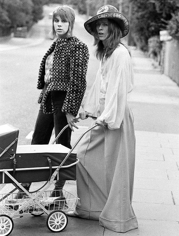 lewmork :     1971: David Bowie con la moglie Angie e il figlio di tre mesi Zowie.      1971: David Bowie with his wife Angie and son Zowie. Endless fashion inspiration.