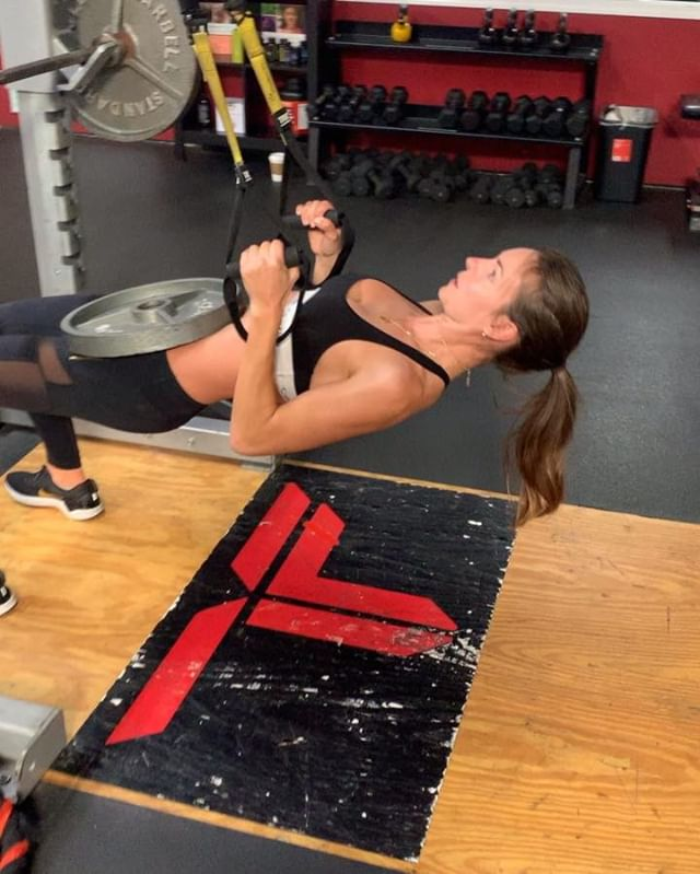 Try these exercises to focus on your Posterior Chain... (@nikkieneal ) 🤔💪🏽😘 Complete 3-4 rounds  1: Weighted TRX rows 10x  2: Reverse Flyes 10x  3: Kettlebell swings 20x (watch your form so you don't hurt your lower back!) 4: Split Squats 10x each leg  5: Burpee Pull ups 5-10x  6: Side plank Bench challenge 10x  Give this circuit a try and let me know what you think and if you have any questions!