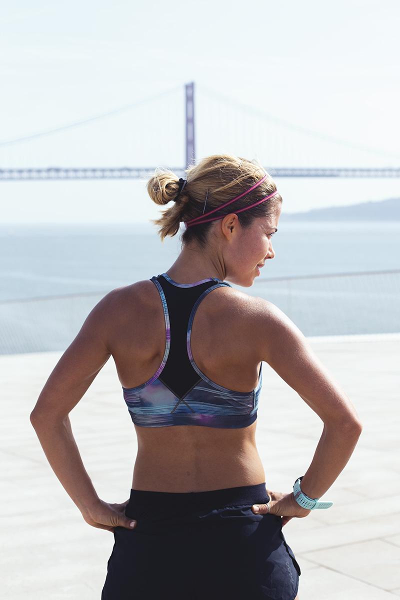 Isabel Silva a correr junto ao MAAT, na margem do Rio Tejo em Lisboa