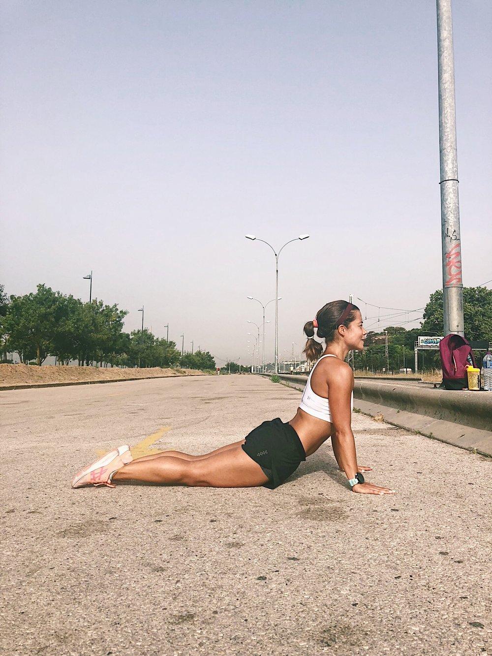 """Reto abdominal. Na execução deste alongamento é fundamental """"descolar""""a barriga do chão, realizando uma hiper-extensão da coluna lombar.  -"""