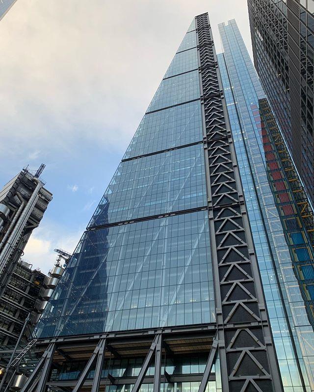 Nice. 👍🏻 . . . . #london #buildings #earlymornings