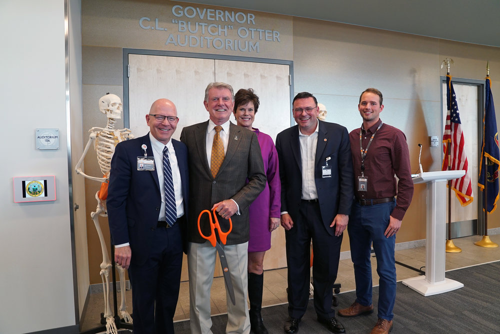 (L-R) ICOM President Dr. Tracy Farnsworth; Gov. Otter; First Lady Lori Otter; ICOM Dean Dr. Robert Hasty; ICOM Student Doctor Jacob Boyd.