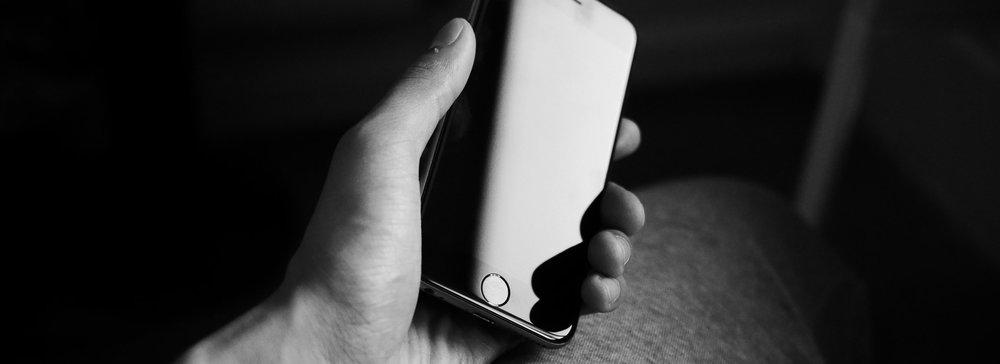apple-black-and-white-hand-9052.jpg