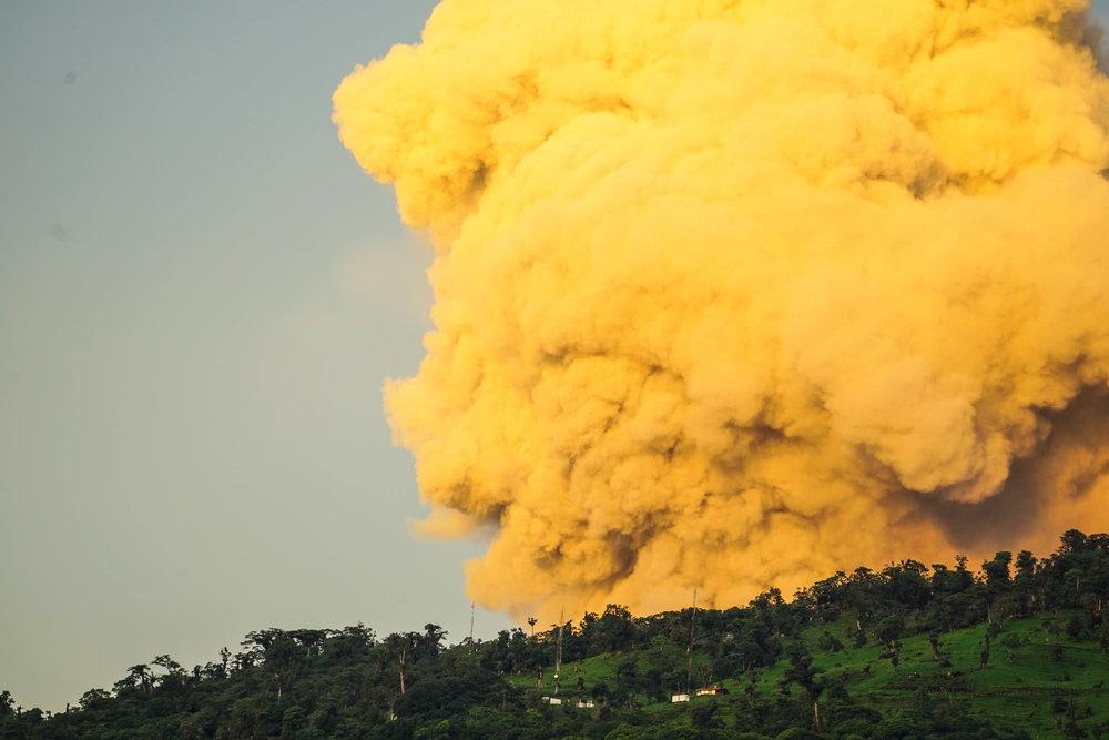 Erupción amarilla del Volcán Turrialba