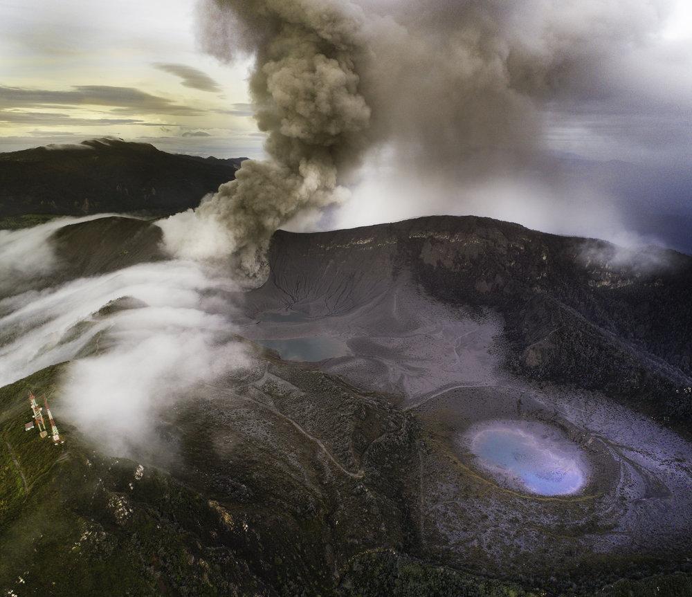 Volcán Turrialba desde un helicóptero
