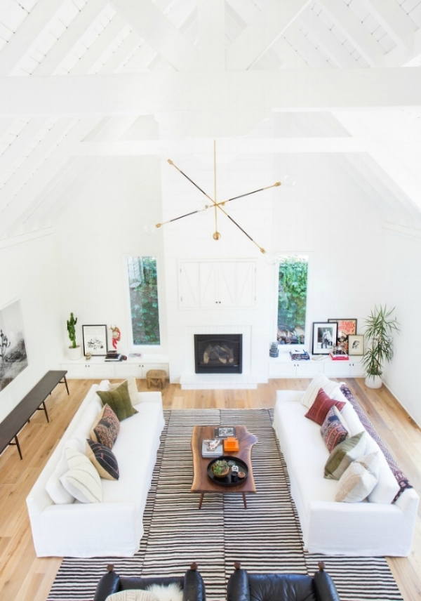 I just love these wooden beams and high ceiling - they make this living room airy (and pretty, of course).