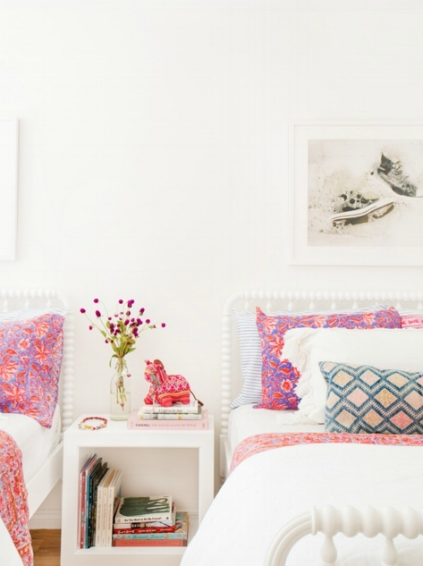 I don't have girls, but if I had, I'd style their bedroom like this - so pretty, simple and gorgeous! And yet it doesn't feel too girly.