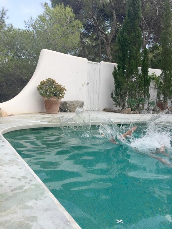 Jules and Louis Blog - Onze week in Ibiza - Jules aan zwembad 3.jpg