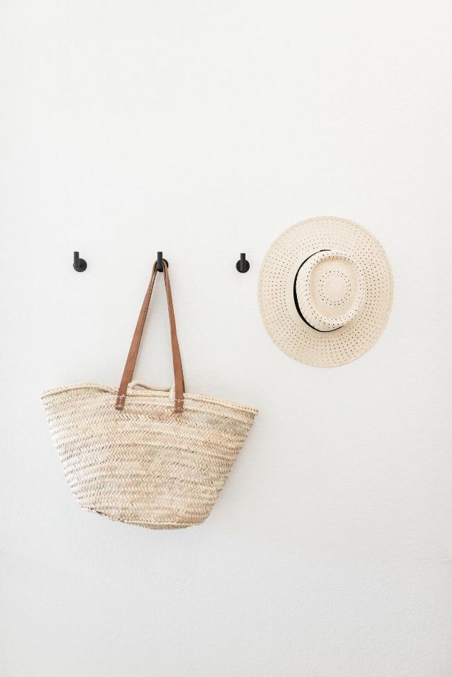 Jules and Louis Blog - Binnenkijken in een gezellig huis vol licht - hal met rieten tas en hoed