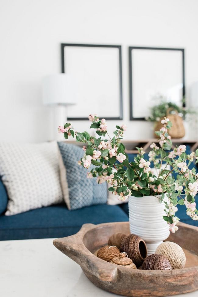 Jules and Louis Blog - Binnenkijken in een gezellig huis vol licht - close-up van bloemen met blauwe zetel