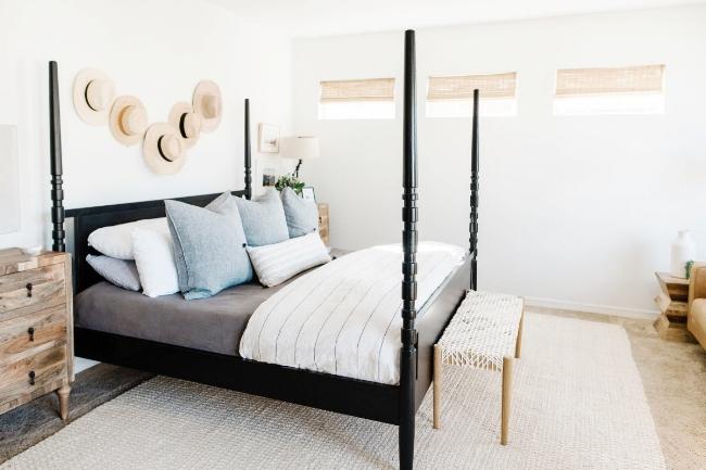 Jules and Louis Blog - Binnenkijken in een gezellig huis vol licht - slaapkamer met hoeden