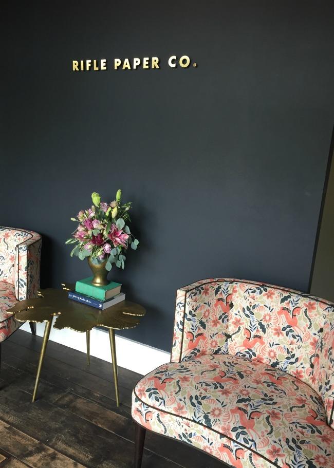 Jules & Louis blog - Winkelen bij Rifle Paper & Co. in Winterpark Florida - inkom met zeteltjes en bloemen.jpg