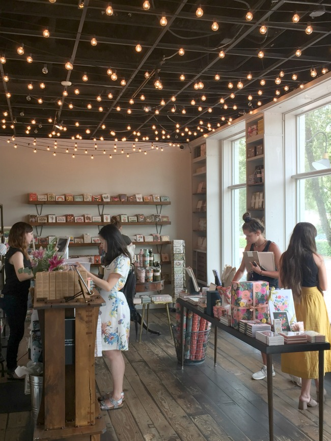 Jules & Louis Blog - Winkelen bij Rifle Paper & Co. in Winterpark Florida - winkel met lichtjes.jpg