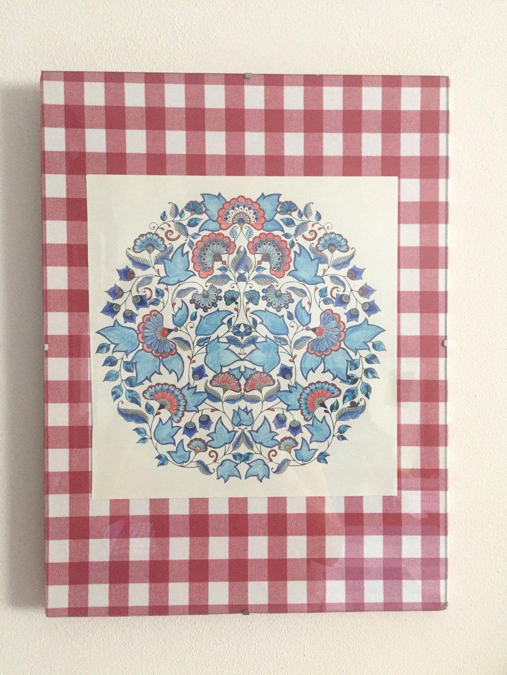 Antyrama obłożona kawałkiem tkaniny i ręcznie malowana ilustracja.