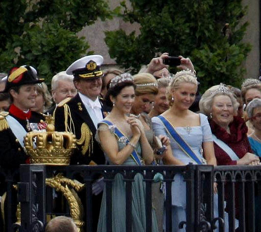 Royal guests; Crown Prince Frederik of Denmark; Willem-Alexander of the Netherlands, Prince of Orange; Crown Princess Mary of Denmark; princess Maxima of the Netherlands; Crown Princess Mette-Marit of Norway and HM Queen Beatrix of the Netherlands. Photo:  Janwikifoto (CC BY-SA 3.0) via Wikimedia Commons.