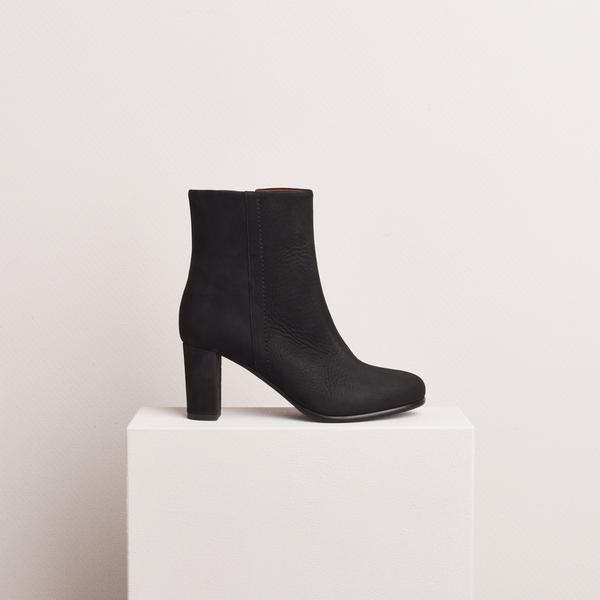 HEELED_ANKLE_BOOT_NUBUCK_BLACK_01_grande.jpg