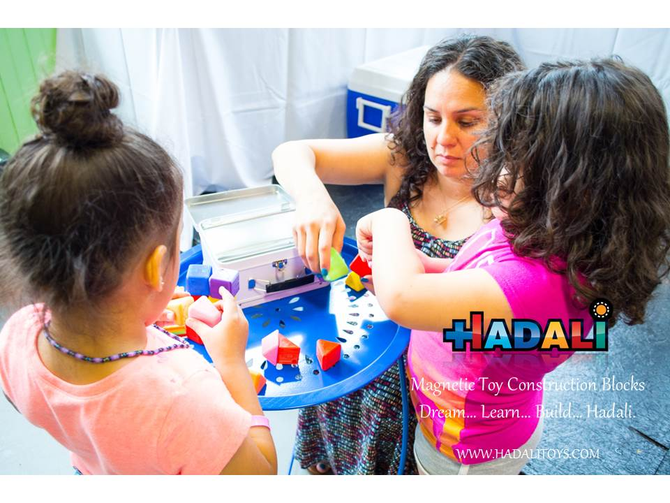 Hadali Toys - Mom builds together with daughters.