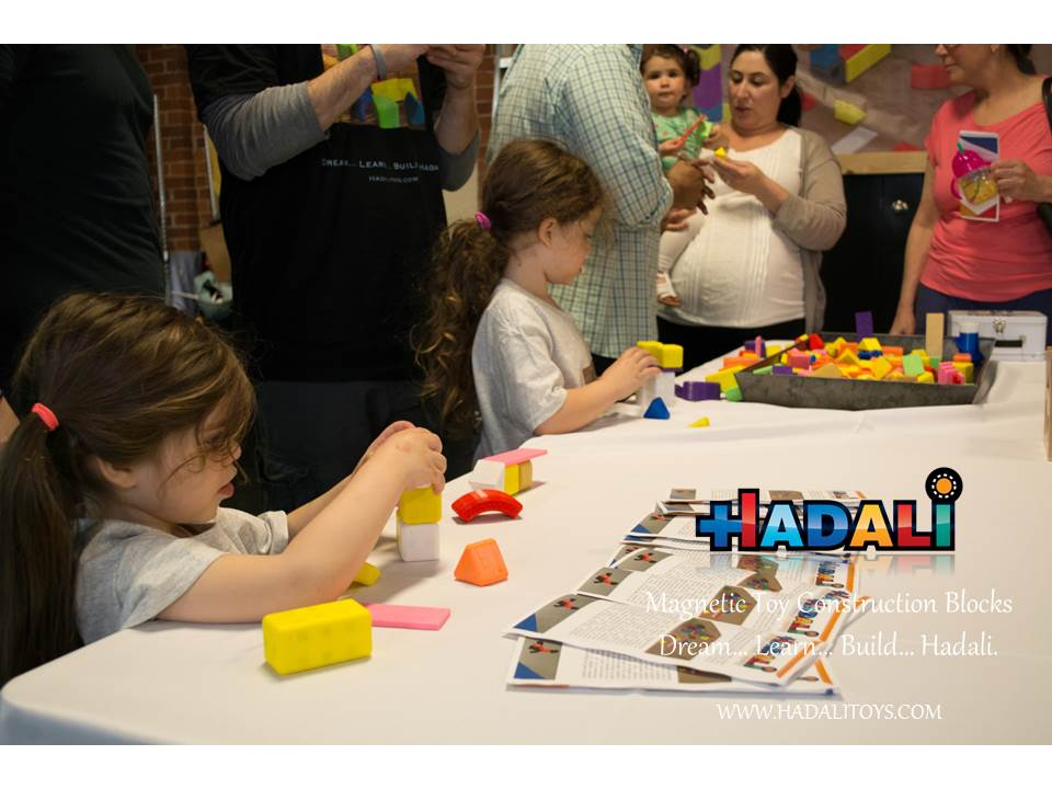 Hadali Toys - Sisters build together