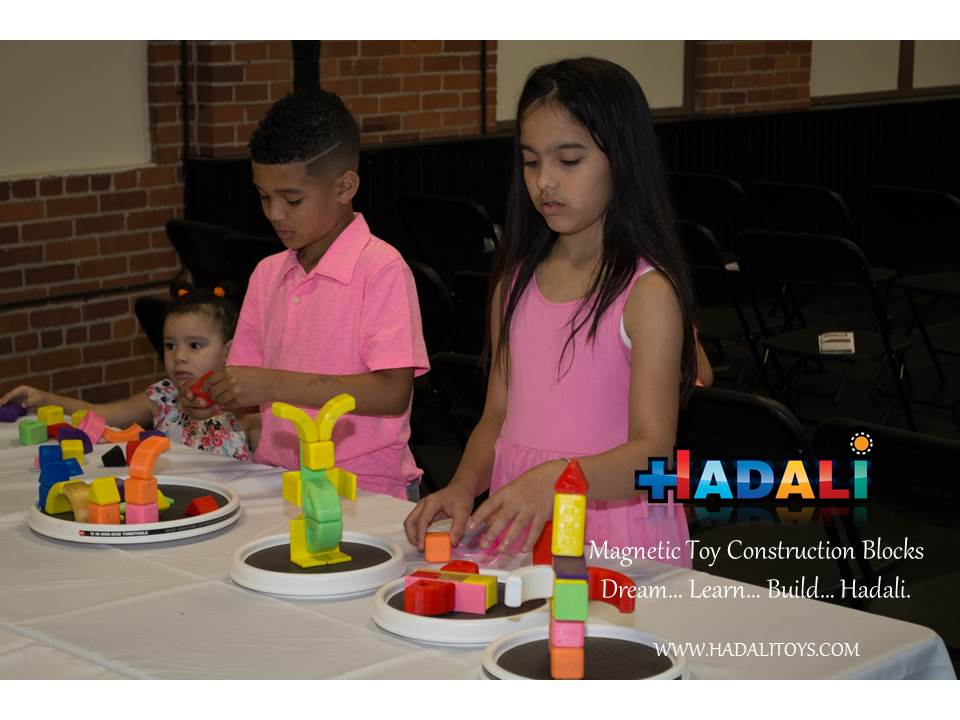 Hadali Toys - Kids play side by side on rotating tables.