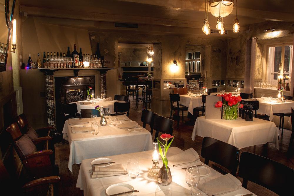 Kleines Restaurant mit Kamin