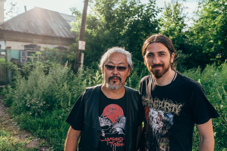 Emre meets his idol of  Khoomei  (Tuvan throat singing)  Alber Kuvezin . Kuvezin is a famoust musician in Tuva, Russia and abroad. He is mostly known by playing in the bands like  Huun-Huur-Tu  and  Yat-Kha