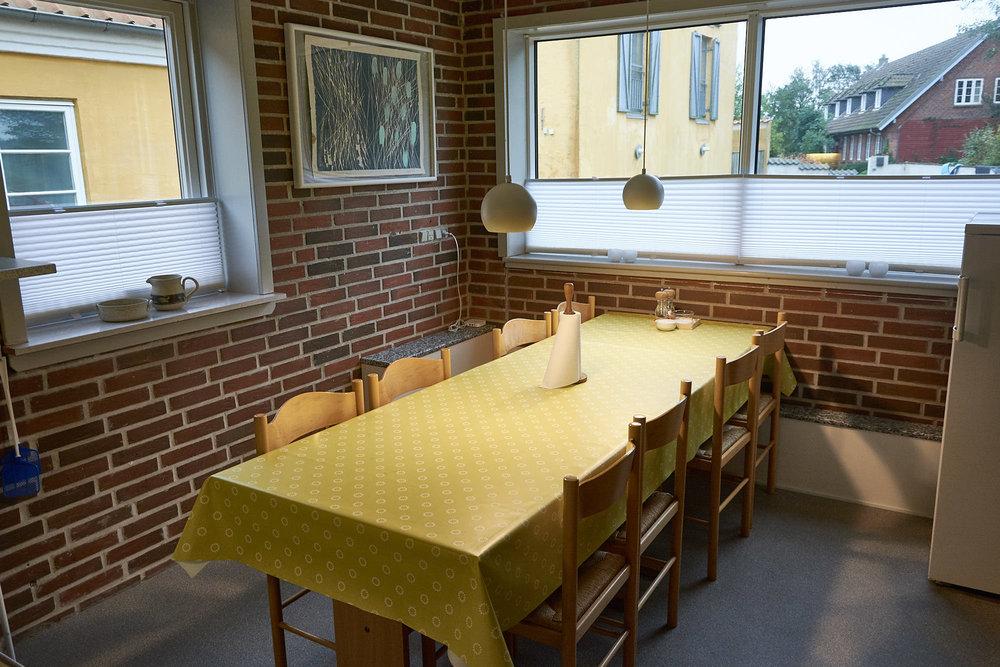 Lille køkken med spiseplads til 8 personer