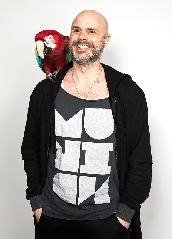 """SVEN - Art Director & Creative Consultant.Gerne mag´s unser dritter Allgäuer bunt, plakativ und auch mal anders herum gedacht. Neben Kässpatzen liebt Sven Grafik Design, Werbung, Mode, Musik und Architektur. Sven´s Designanspruch ist in Fachkreisen genauso legendär wie seine früheren Frisuren. Niels kennt Sven seit 15 Jahren, als sie noch gemeinsam mit Gerald bei For Sale die populären """"Ich bin doch nicht blöd…-Kampagnen"""" ausgedacht haben. Sein Design ist seitdem so klar wie seine Meinung und Kunden schätzen seine erfrischende Direktheit."""