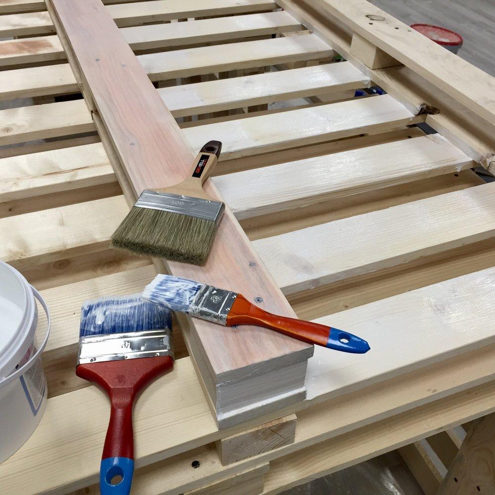 Не забудьте отшлифовать и покрыть лаком все поверхности, которых будут касаться, даже если они не видны. Это защитит вас от заноз, а мебель от износа.