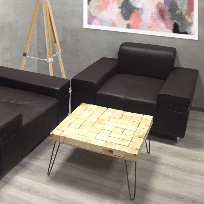 Столик сделан из деревянных бобышек, собранных на фанерной доске на прозрачный силикон. Металлические мебельные ножки заказывались отдельно.