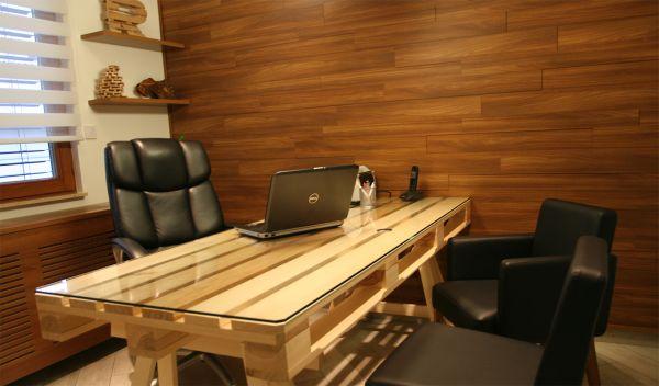 стол в кабинете генерального директора Rozifa Ltd, компании-производителя паллет