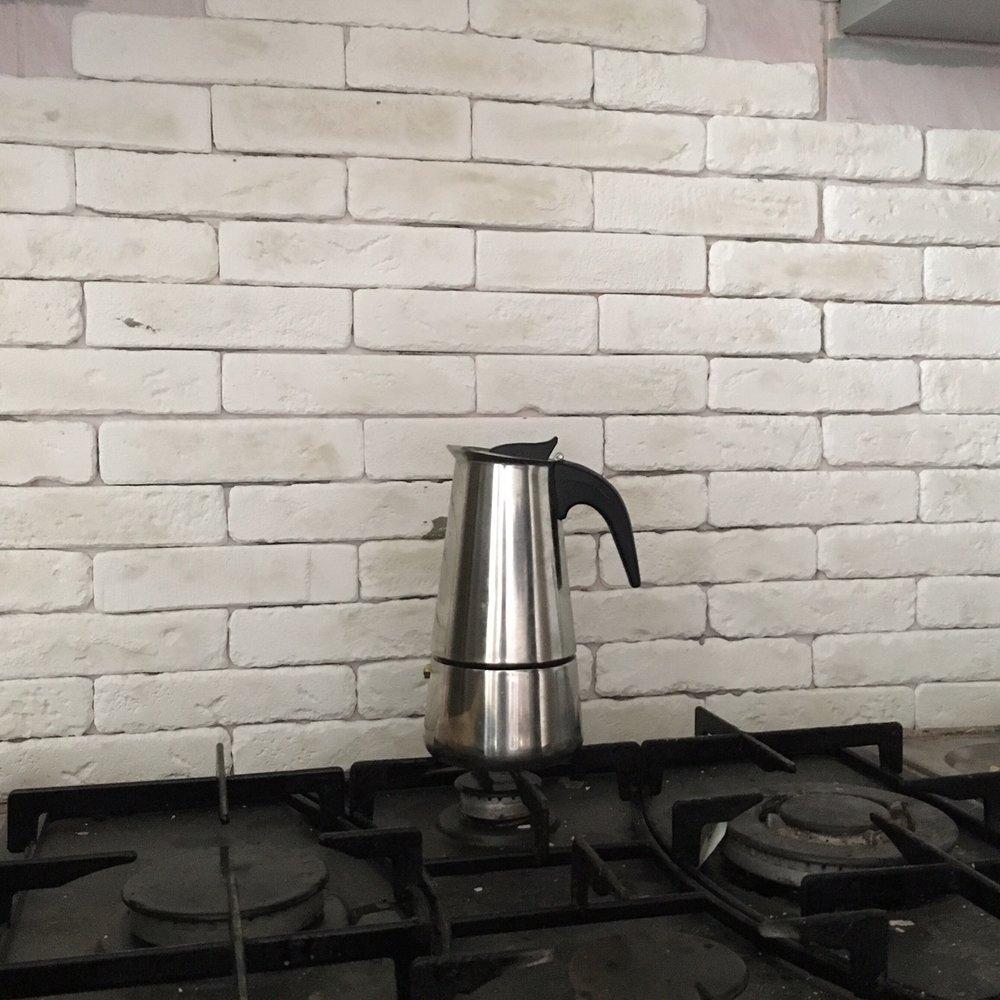 Самостоятельная укладка плитки под кирпич на кухне