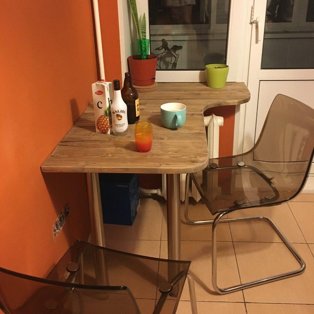 Только что законченный кухонный стол. Позже сменю фотографию на более симпатичную, с занавесками и розетками :)